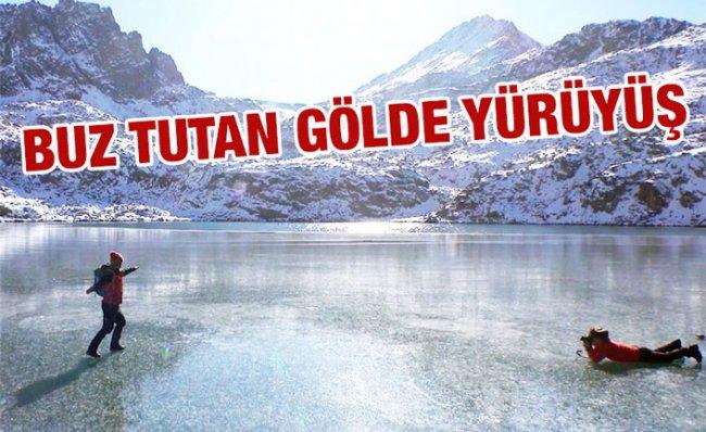 Buz Tutan Göl Yüzeyinde Yürüdüler