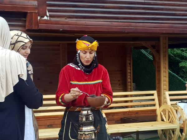 Şampiyondan Turistlere Çay Demleme Tüyoları