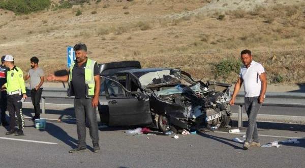 Otomobil TIR'a Çarptı: 6 Yaralı