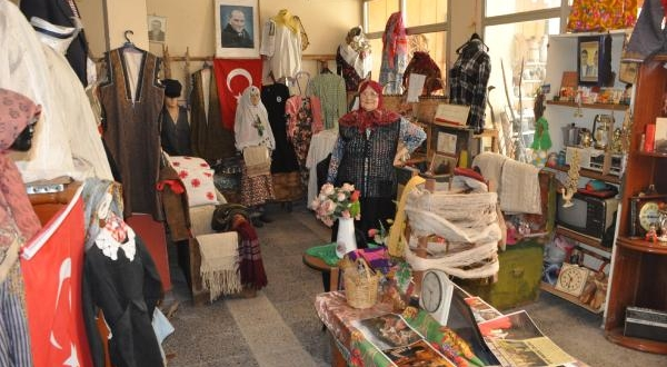 Aile Yadigarı Eşyalarla Evini Müzeye Çevirdi