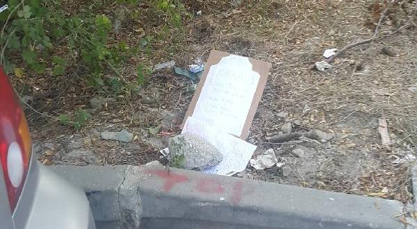 Ölen Kuş İçin Kartondan Mezar Başlığı