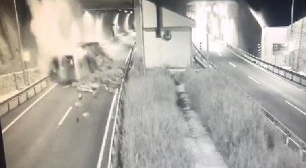 Yanan Kamyonun Sürücüsü Canını Zor Kurtardı