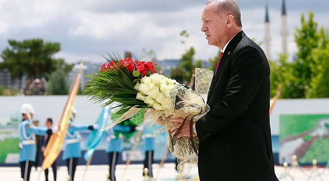 Erdoğan, 15 Temmuz Şehitler Anıtı'na Çelenk Bıraktı