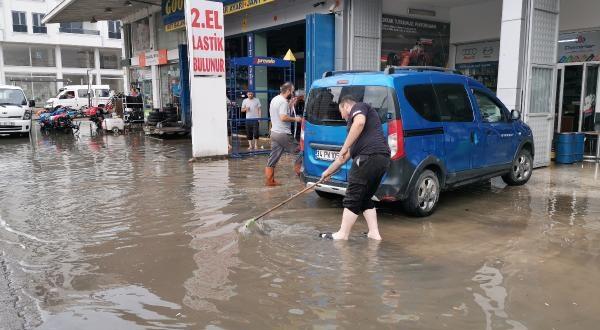 Caddeler Göle Döndü, İş Yerlerini Su Bastı