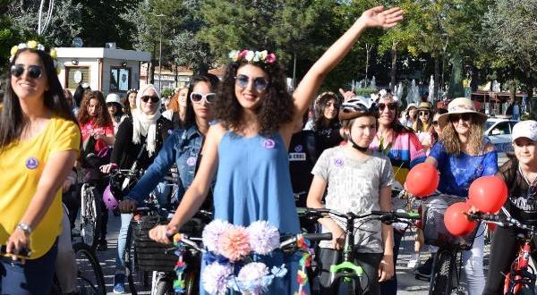 'Süslü Kadınlar Bisiklet Turu'nda Pedal Çevirdi