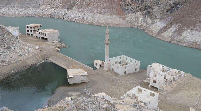 Baraj Suyu Çekilince Köy Gün Yüzüne Çıktı