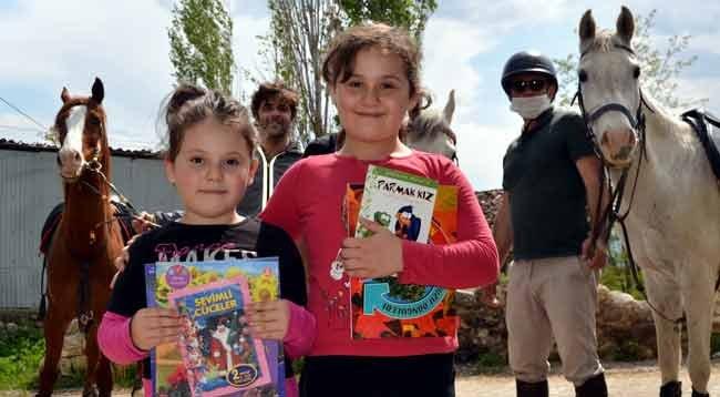 At Sırtında Çocuklara Kitap Dağıtıyorlar