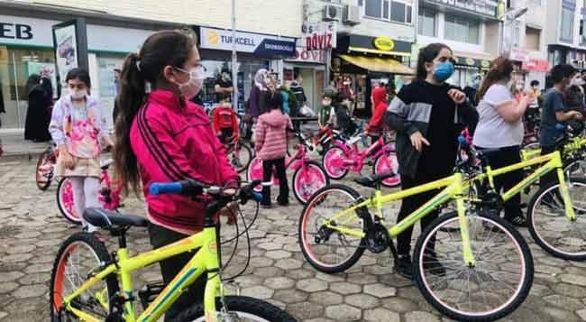 Hopaspor Çocuklara Bayram Hediyesi Olarak Bisiklet Dağıttı