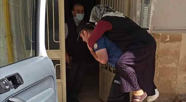 Polisler Yürüyemeyen Kadını Sırtlarında Hastaneye Taşıdı