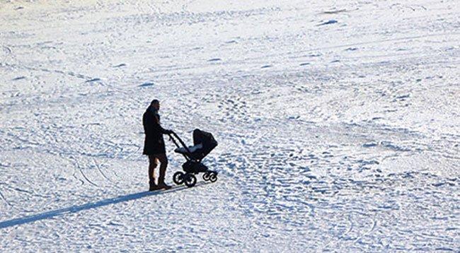 Buz Tutan Göl Üzerinde Tehlikeli Yürüyüş