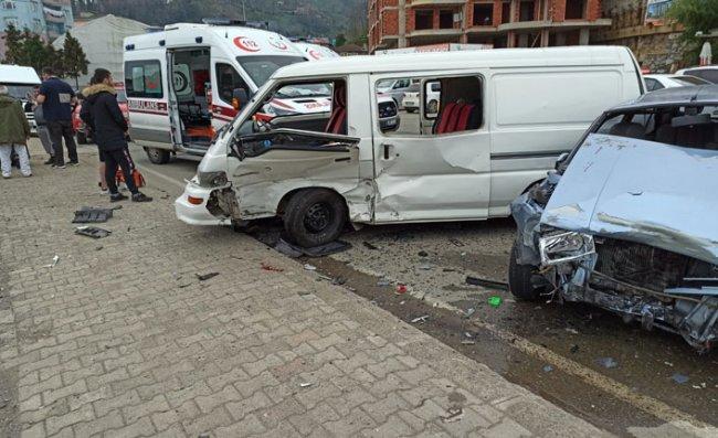 Otomobil ile Kamyonet Çarpıştı: 8 Yaralı