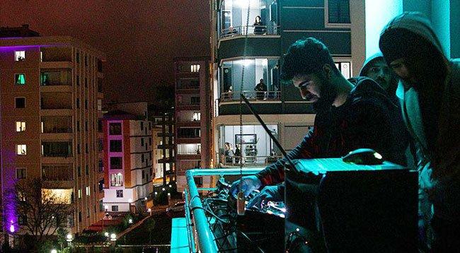 Gençlerden Evlerinde Kalanlara 'Balkon Konseri'