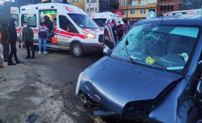 Rize'de İki Kamyonet Çarpıştı: 7 Yaralı