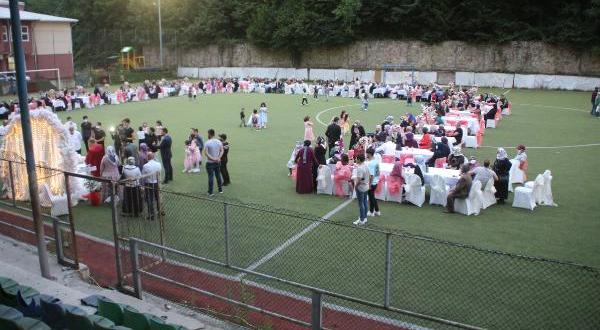 İkizdere'de pandemide futbol sahasında düğün