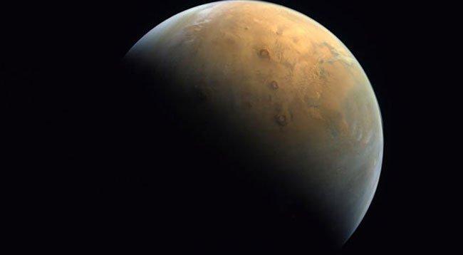 BAE, Uzay Programı Kapsamında Mars'tan İlk Fotoğrafını Paylaştı