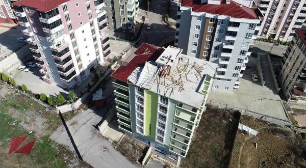 Tahliye Edilen Binanın Çatısı Uçtu