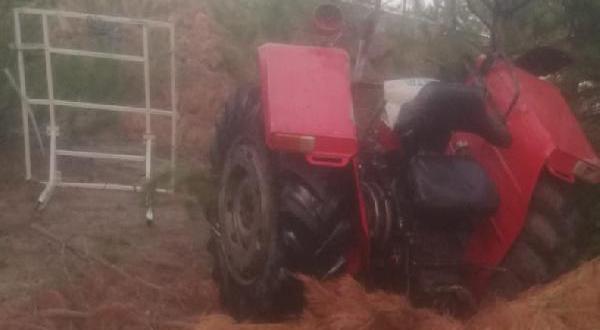 Ağaçlara çarpan traktör 2'ye ayrıldı: 1 ölü