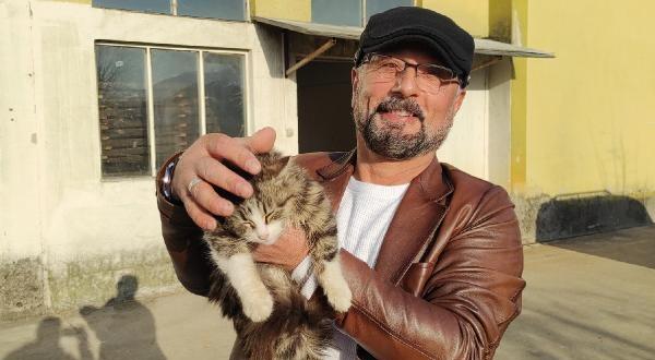 Ölmek Üzere Olan Kedinin Hayatını Kurtardı