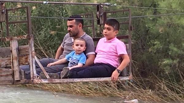 Çoruh Nehri`nden ilkel teleferikle geçip akrabalarıyla bayramlaşıyorlar