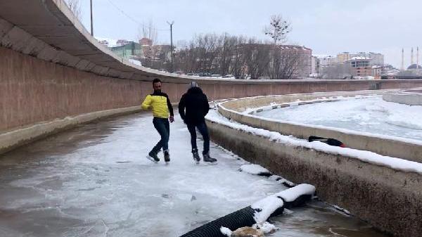 Buz tutan Çoruh Nehri`nde paten yaptılar