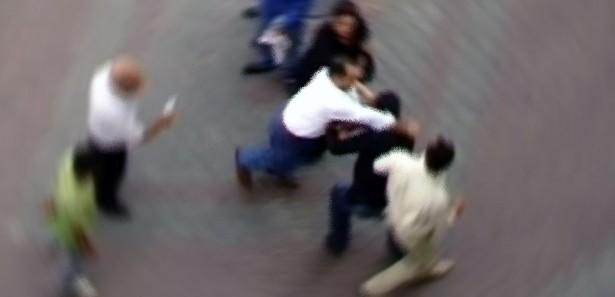 Açlık grevi destekçisi öğrenciler doktor dövdü